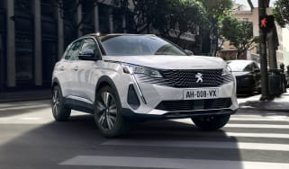 2020 Peugeot 3008 PHEV - FRONT 3/4 dynamic