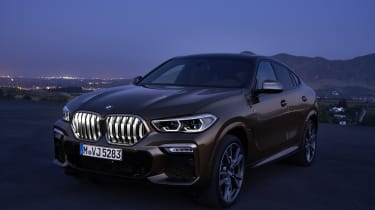 2019 BMW X6 - static night shot with kidney grilles lit up