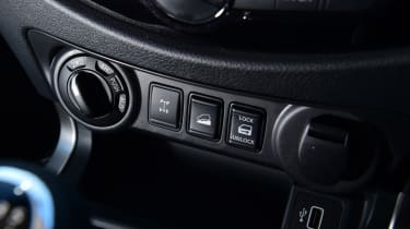 Nissan Navara - control switches