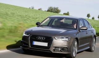 "Fahraufnahme Farbe: Dakotagrau</br><font size=""2""><b>Verbrauchsangaben Audi A6 Limousine:</b></br>Kraftstoffverbrauch kombiniert in l/100 km: 7,6 - 4,2;</br>CO<sub>2</sub>-Emission kombiniert"