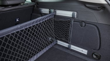 An adjustable dividing net keeps loads secure in the boot