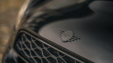 MINI Countryman Shadow Edition black grille trim