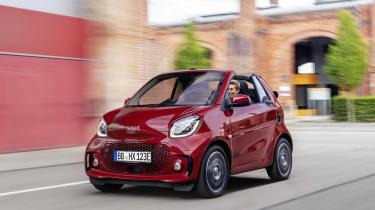 Smart EQ ForTwo Cabrio driving