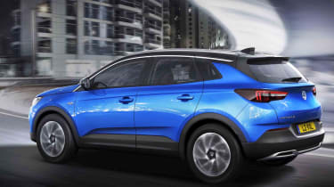 The Crossland X shares its mechanical structure with the Peugeot 3008, something that's quite evident from this angle