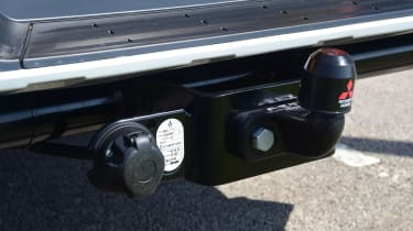 Mitsubishi L200 pickup tow bar