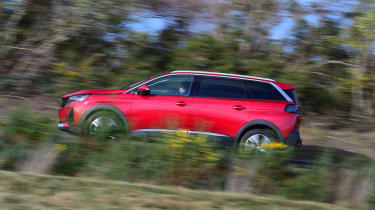 Peugeot 5008 SUV side panning